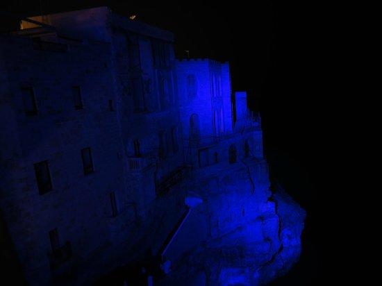Hotel Ristorante Grotta Palazzese: Vista notturna dalla nostra finestra