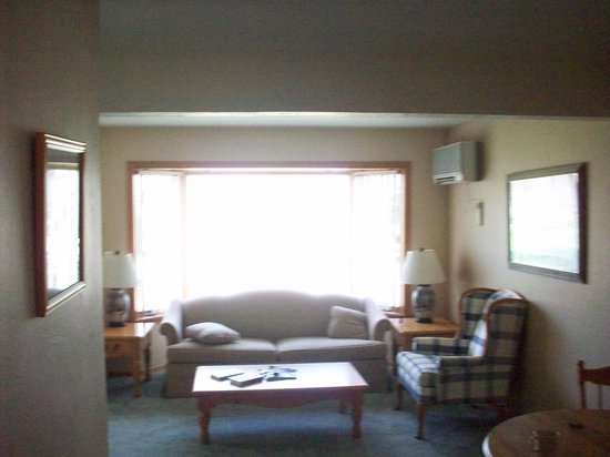 The Lodge at Leathem Smith : living room