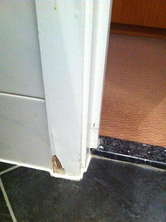 ฮิลตัน ลอนดอน อิวส์ตัน: Skirting board in bathroom