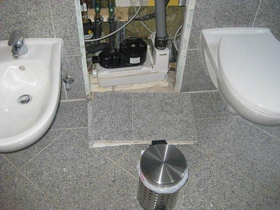 Pension Parkhotel Sassnitz Rügen: Wandverkleidung Bad - hier knallten 4 Granitplatten nachts auf Bodenfliesen