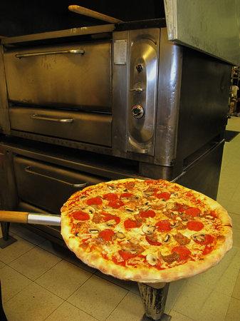 Arte Pizzeria: Arte Pizzeria- No conveyor belts here!