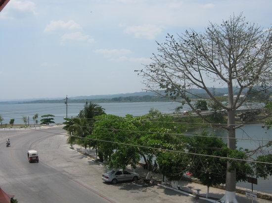 Hotel La Canoa: Con una muy bonita vista al lago Peten Itza del lado Sur