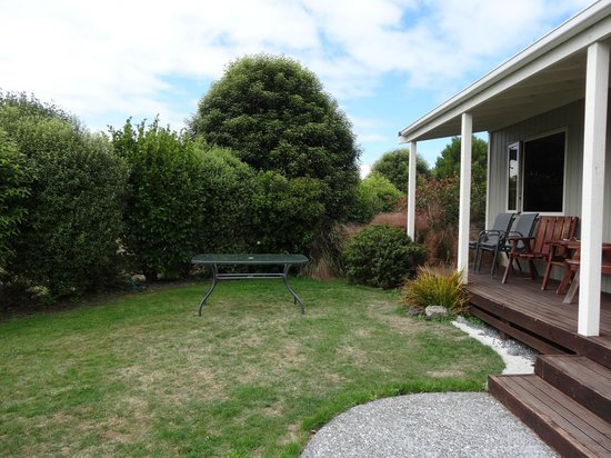 Kaikoura Cottage Motels: Front yard