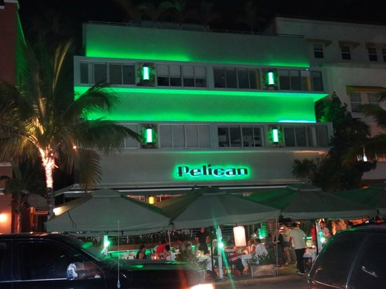 Pelican Hotel: Hotel Front View at Night