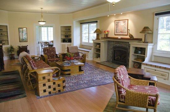 Kilauea Lodge: Ola'a Plantation living room