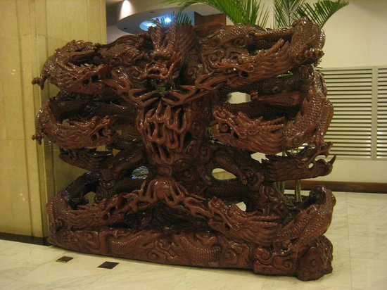 Jin Hua Hotel: Wooden Carving in Lobby