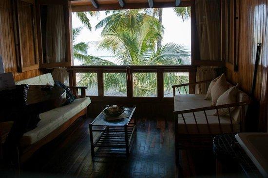 Samara Tree House Inn: zitkamer met uitzicht op zee