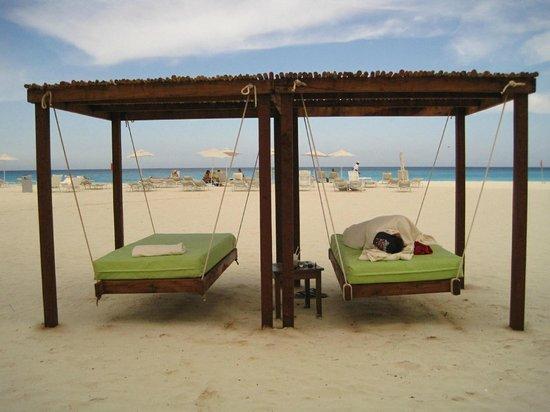 Sandos Cancun Luxury Resort : hotel lounge on the beach
