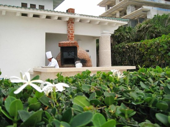 Sandos Cancun Lifetyle Resort: outdoor poolside pizza