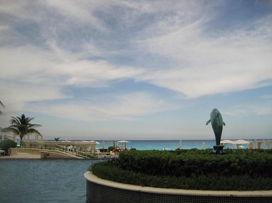 Sandos Cancun Luxury Resort : poolside