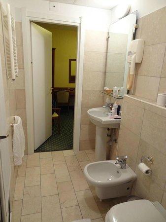Hotel Olympia: Banheiro amplo