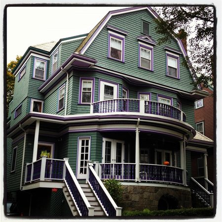Coolidge Corner Guest House: Front of the B&B