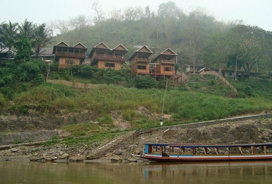 Mekong Riverside Lodge: View of the Lodge from the riverboat dock.  Upper rooms with balconies are very nice.