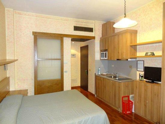 Residence Desenzano: Quarto com móveis novos