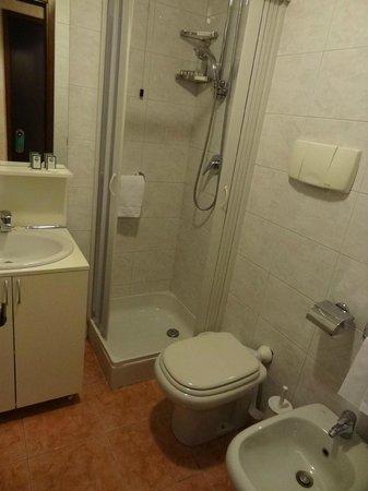 Residence Desenzano: Box do chuveiro é apertado
