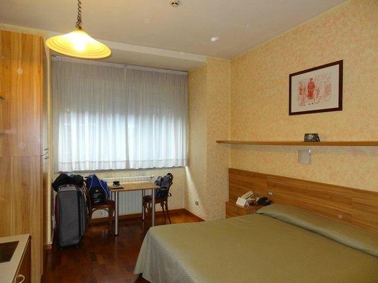 Residence Desenzano: Quarto amplo e confortável