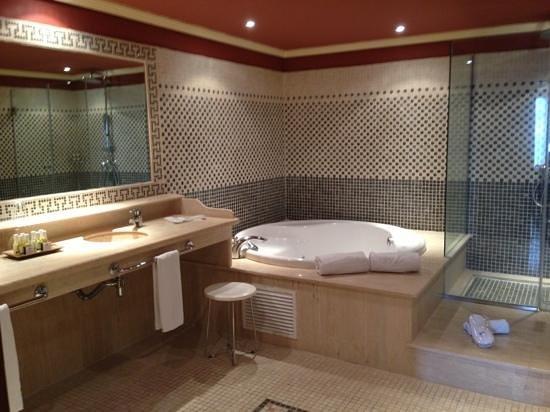 Barcelo Marbella: suite bathroom