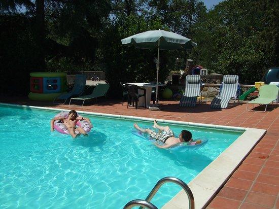 Il Querceto : sieste à la piscine