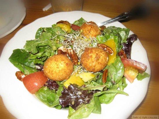 Uptown Blanco Restaurant: Goat Cheese salad with Mango Viniagrette