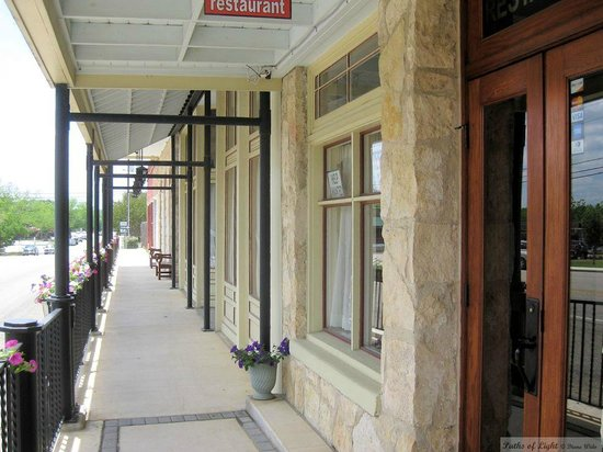 Uptown Blanco Restaurant: Walkway at the entrance