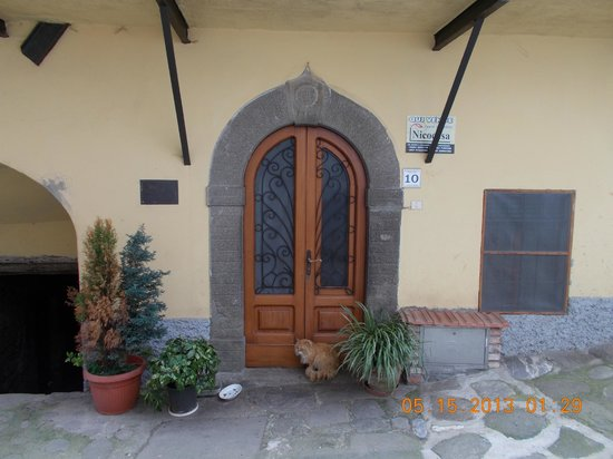 Ghivizzano, Italy: Courtyard leading to front door