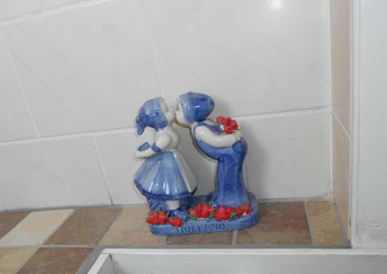 Tulip of Amsterdam B&B: Decor in bathroom