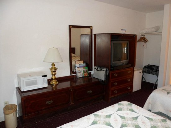 Econo Lodge Bay Breeze: Chess of drawers, TV cabinet, microwave and fridge.