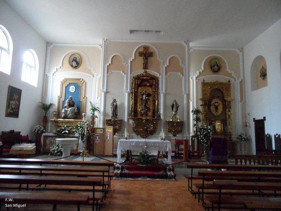 Iglesia de San Miguel: Het interieur met altaar .