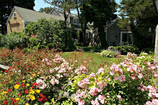 Allen Harbor Breeze Inn & Gardens : Welcome to our beautiful rooms and gardens!