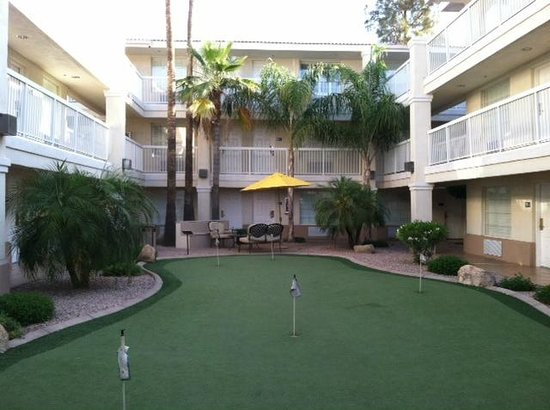Red Lion Inn & Suites Phoenix-Tempe: Putting Green between buildings