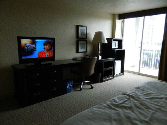 Sheraton Tampa Riverwalk Hotel: TV, desk, fridge/micro