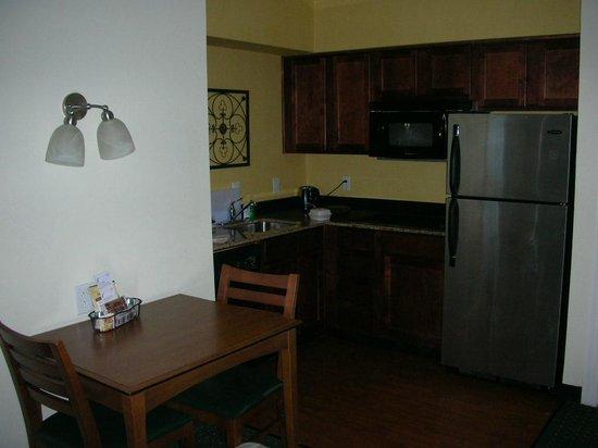 Residence Inn Columbia Northeast: Kitchen area