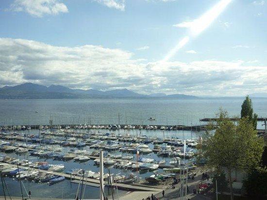 Movenpick Hotel Lausanne: La vue de la chambre sur le port d'Ouchy et le Lac Léman