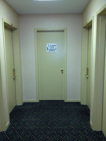 Villa Roma Resort and Conference Center: Handwritten sign in smelly hallway