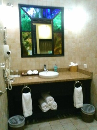 Nayara Hotel, Spa & Gardens: bath/vanity area