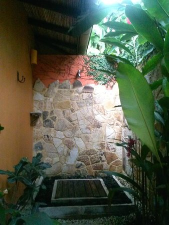 Nayara Hotel, Spa & Gardens: Private outdoor shower (used more than indoor!)