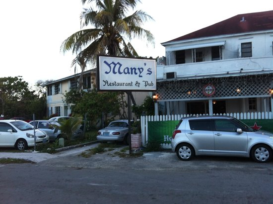 Manny's Restaurant and Pub: Many's on the roundabout, Cable Beach