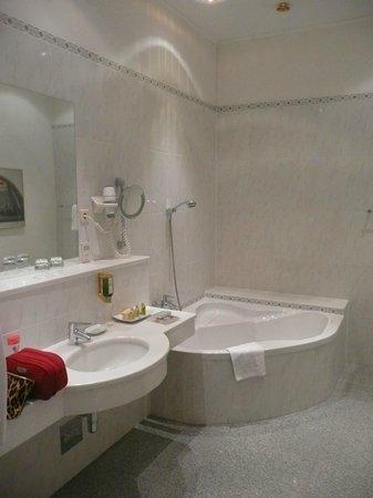 Palais Hotel Erzherzog Johann: bathroom