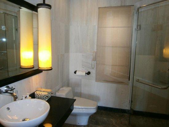 Ana Mandara Hue: bathroom