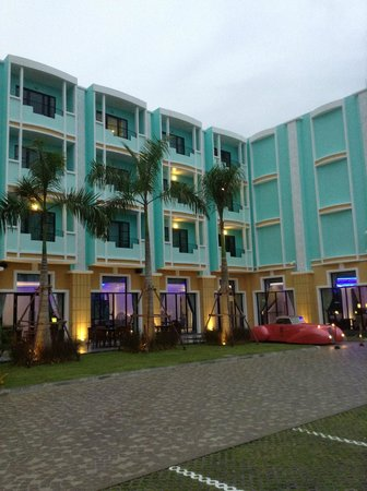 Wave Hotel: ตึกสวย ดูมีสไตท์ แตกต่างกับที่ีอื่น เด่นมากค่ะ