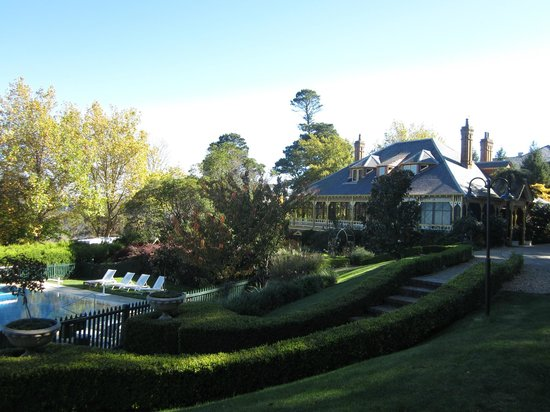 Lilianfels Resort & Spa - Blue Mountains: Outdoor pool and Darley's Restaurant