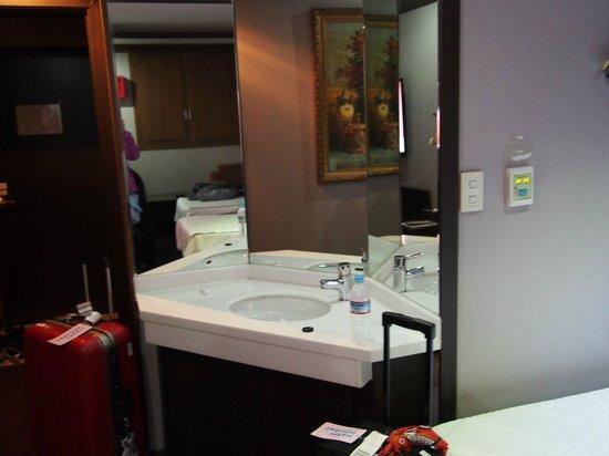 Hotel Noblesse: 部屋の隅に洗面所