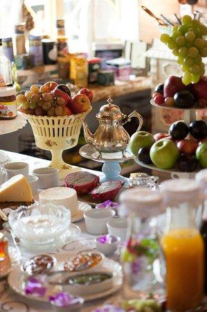 Pousada Rabo do Lagarto: Mesa de frutas no café da manhã