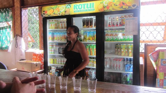 Jus de Fruits de Moorea: Our hostess who told us all about the drinks before we tried them
