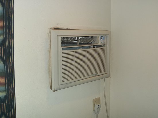 Quality Inn & Suites Airport North: Air Conditioner in room 209