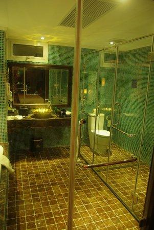 Golden Lotus Boutique Hotel: Huge bathroom