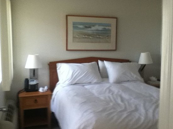 Surf Club Resort: Queen size bed downstairs. Nice down comforters.