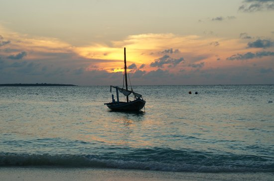 Reethi Beach Resort: Drinks on the beach at sunset