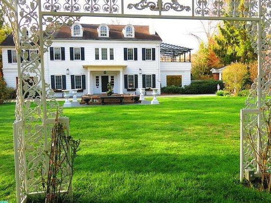 Melange Bed and Breakfast: Front gardens