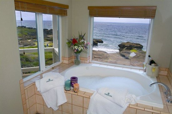 Overleaf Lodge & Spa : Jetted tub in Sunset Suite